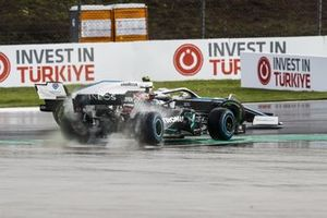 Valtteri Bottas, Mercedes F1 W11 and Nicholas Latifi, Williams FW43 at the start of the race