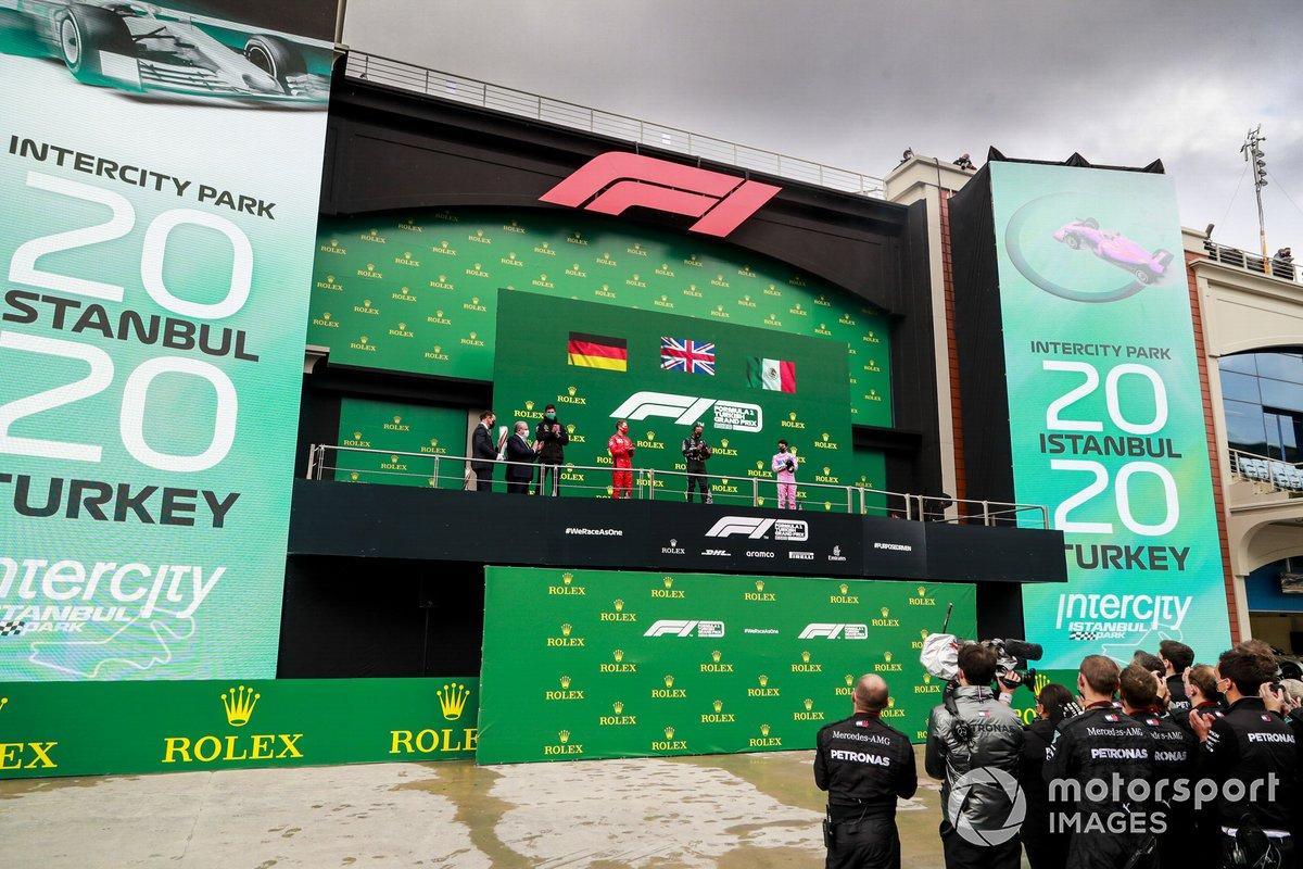 Podio: ganador y campeón del mundo Lewis Hamilton, Mercedes-AMG F1 con Toto Wolff, Director Ejecutivo (Negocios), Mercedes AMG, segundo lugar Sergio Pérez, Racing Point, y tercer lugar Sebastián Vettel, Ferrari