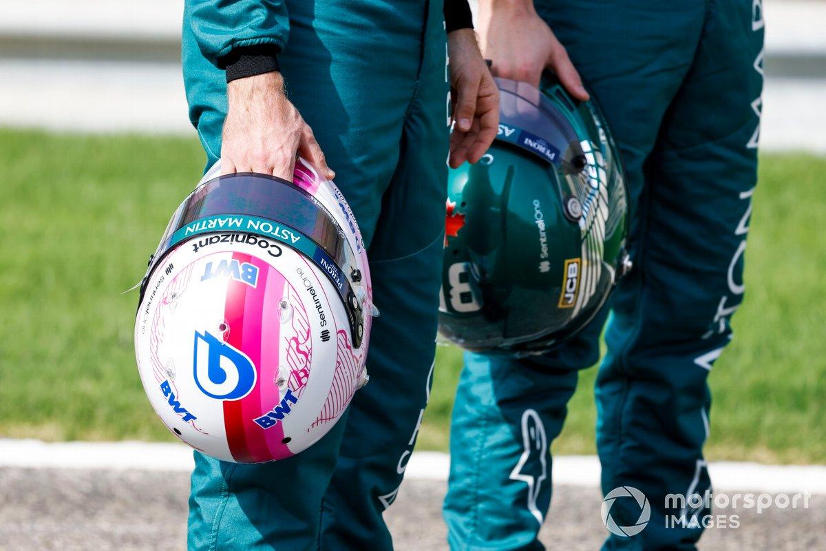 Los cascos de Sebastian Vettel, Aston Martin y Lance Stroll, Aston Martin