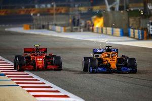 Charles Leclerc, Ferrari SF1000, se bat avec Carlos Sainz Jr., McLaren MCL35