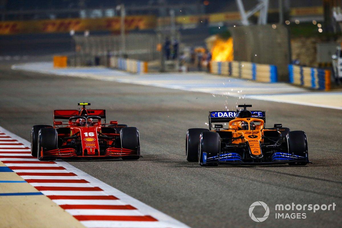 Charles Leclerc, Ferrari SF1000, battles y Carlos Sainz Jr., McLaren MCL35