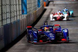 Robin Frijns, Envision Virgin Racing, Audi e-tron FE07, leads Sergio Sette Camara, Dragon Penske Autosport, Penske EV-4