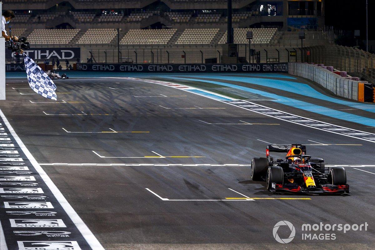 Ganador Max Verstappen, Red Bull Racing RB16, con la bandera a cuadros al final de la carrera