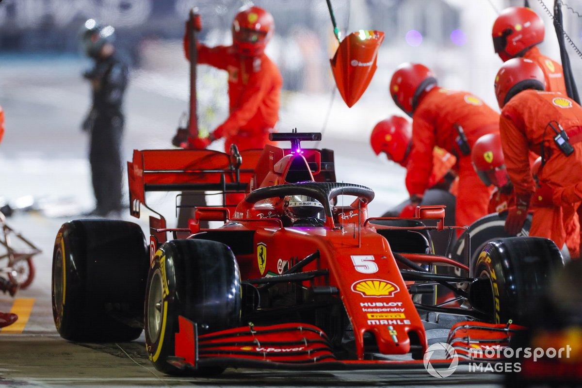Sebastian Vettel, Ferrari SF1000, en pits