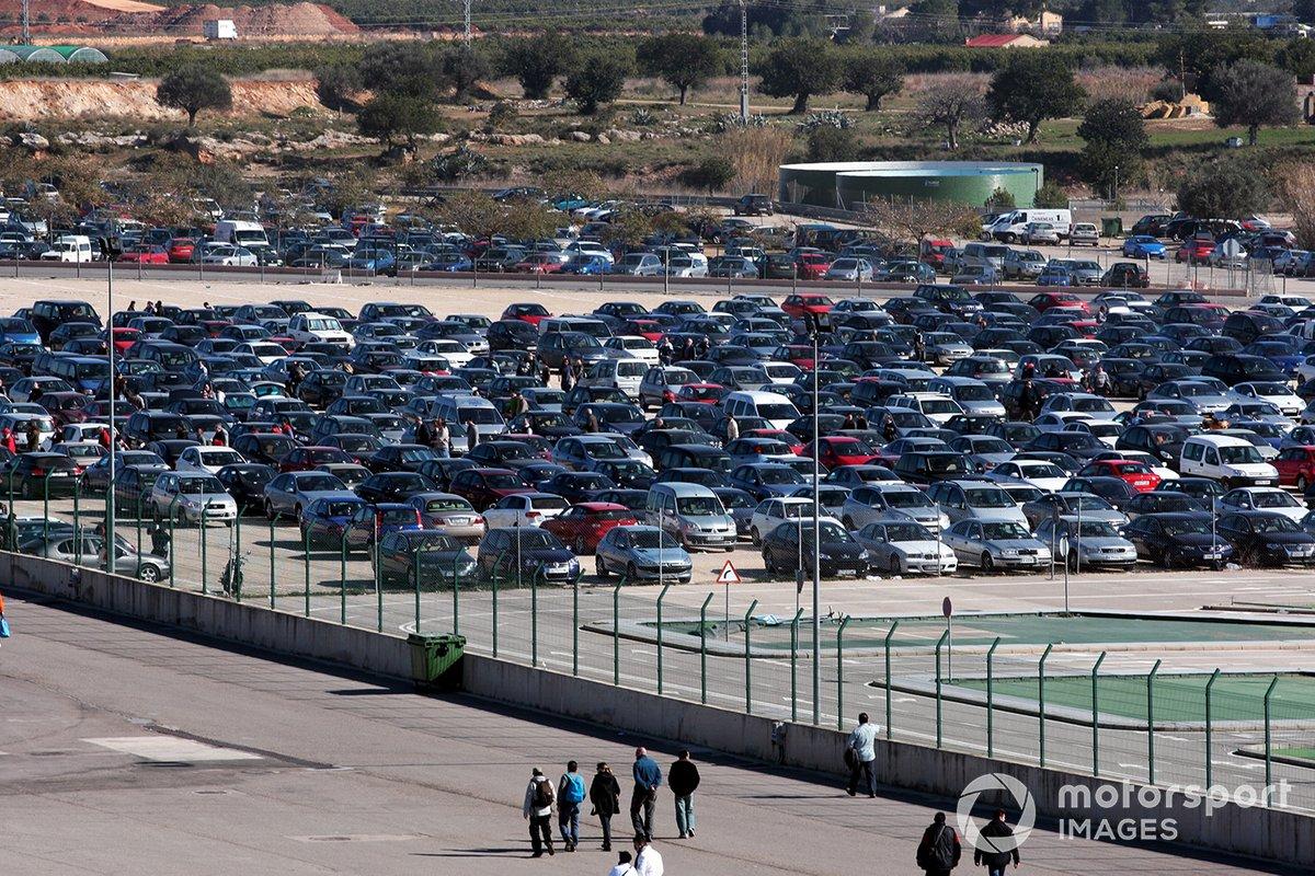Grandes multitudes para ver el primer test de Fernando Alonso con Ferrari en Valencia
