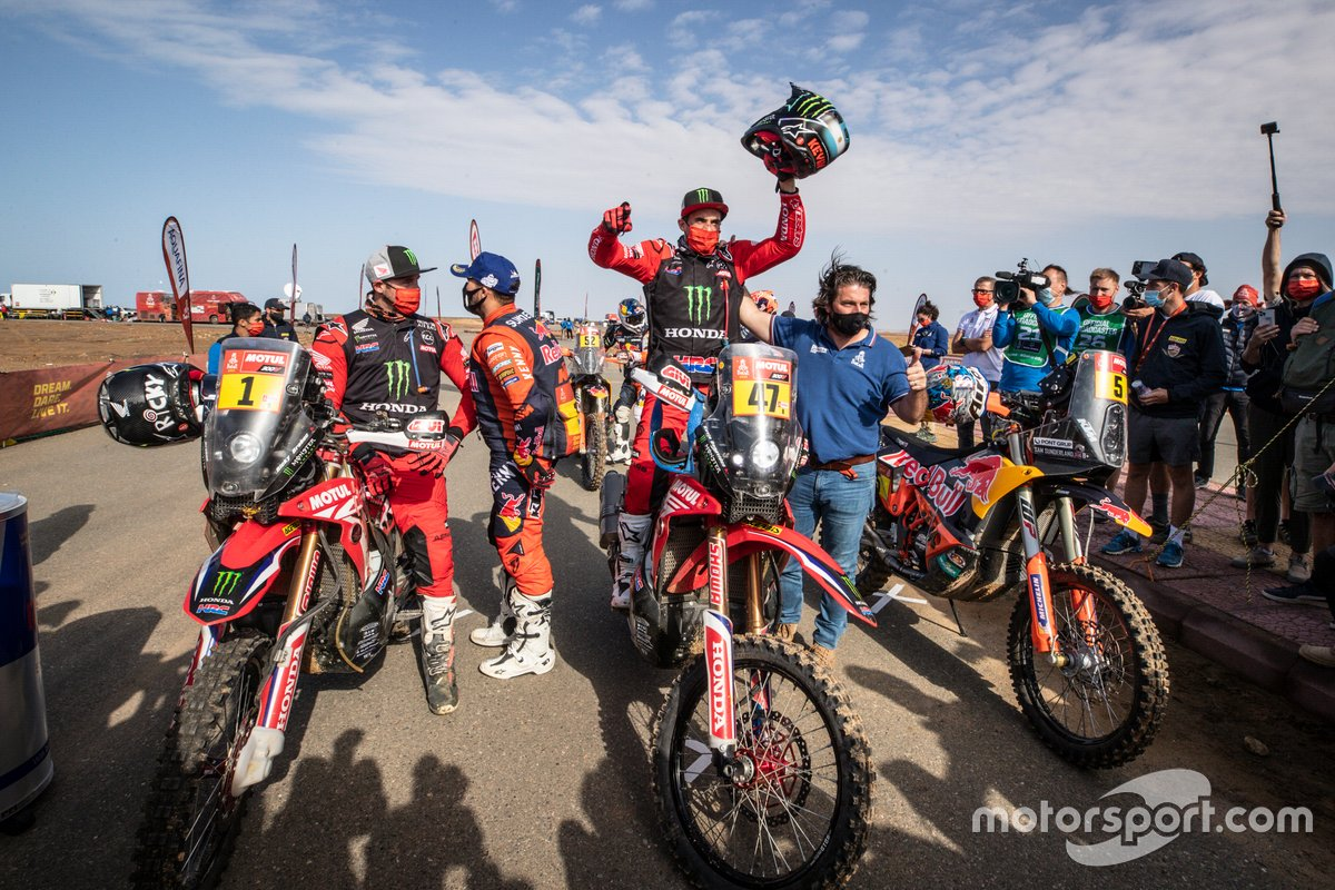 Ganador #47 Monster Energy Honda Team: Kevin Benavides con David Castera, Director del Rally Dakar