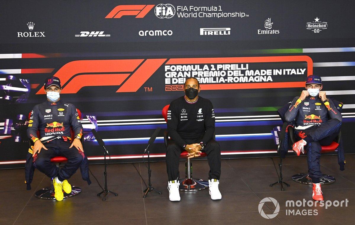 Los tres primeros clasificados tercero Max Verstappen, Red Bull Racing, segundo Sergio Pérez, Red Bull Racing, y el ganador de la pole Lewis Hamilton, Mercedes en la conferencia
