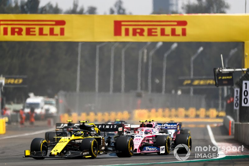 Nico Hulkenberg, Renault R.S. 19, precede Lance Stroll, Racing Point RP19
