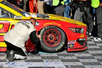 Joey Logano, Team Penske, Ford Mustang Shell Pennzoil finishes the race with a missing lug nut on the right front wheel