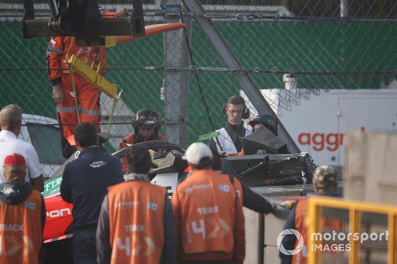 La macchina Daniel Abt, Audi Sport ABT Schaeffler, Audi e-tron FE06 portata via dopo l'incidente