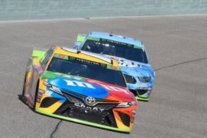 Kyle Busch, Joe Gibbs Racing, Toyota Camry M&M's, Kevin Harvick, Stewart-Haas Racing, Ford Mustang Busch Light