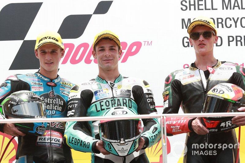 Il vincitore della gara Lorenzo Dalla Porta, Leopard Racing, secondo classificato Sergio Garcia, Estrella Galicia 0,0, terzo classificato Jaume Masia, Bester Capital Dubai