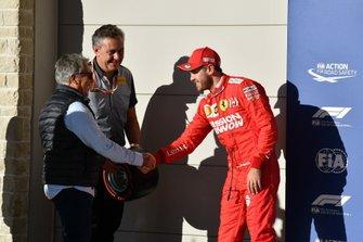Mario Andretti remet le trophée Pirelli de la pole position à Valtteri Bottas, Mercedes AMG