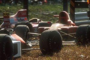 Autos von Ayrton Senna, McLaren MP4/5B, und Alain Prost, Ferrari 641, nach Crash