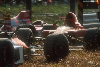 Le auto danneggiate di Alain Prost, Ferrari 641 e Ayrton Senna, McLaren MP4/5B Honda, al GP del Giappone del 1990
