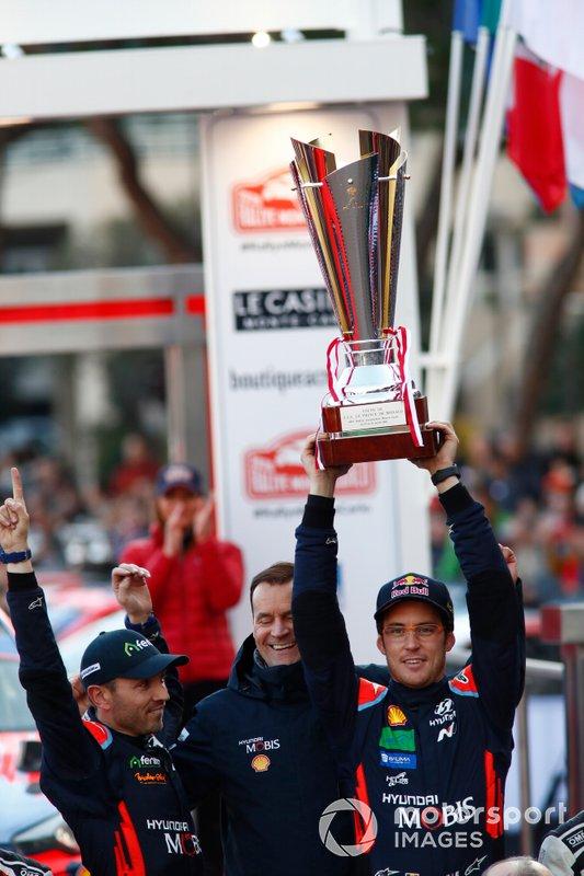 Podio: il vincitore Thierry Neuville, Nicolas Gilsoul, Hyundai Motorsport Hyundai i20 Coupe WRC