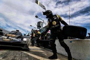 #5 Mustang Sampling Racing / JDC-Miller MotorSports Cadillac DPi, DPi: Sebastien Bourdais, Loic Duval, Joao Barbosa, pit stop