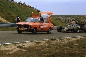 De Lotus 94T van Elio de Angelis wordt na de race naar de pits gesleept, met achter het stuur marshal Peter Severijn