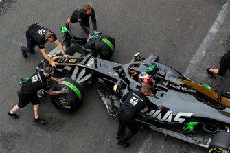 Romain Grosjean, Haas F1 Team VF-19, viene riportato nel garage