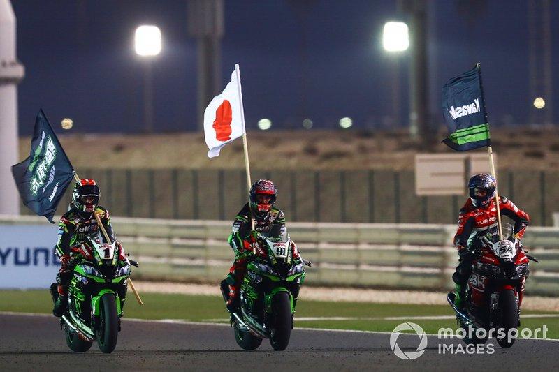 Jonathan Rea, Kawasaki Racing Team, Leon Haslam, Kawasaki Racing Team, Toprak Razgatlioglu, Turkish Puccetti Racing, festeggiano la vittoria del titolo costruttori Kawasaki