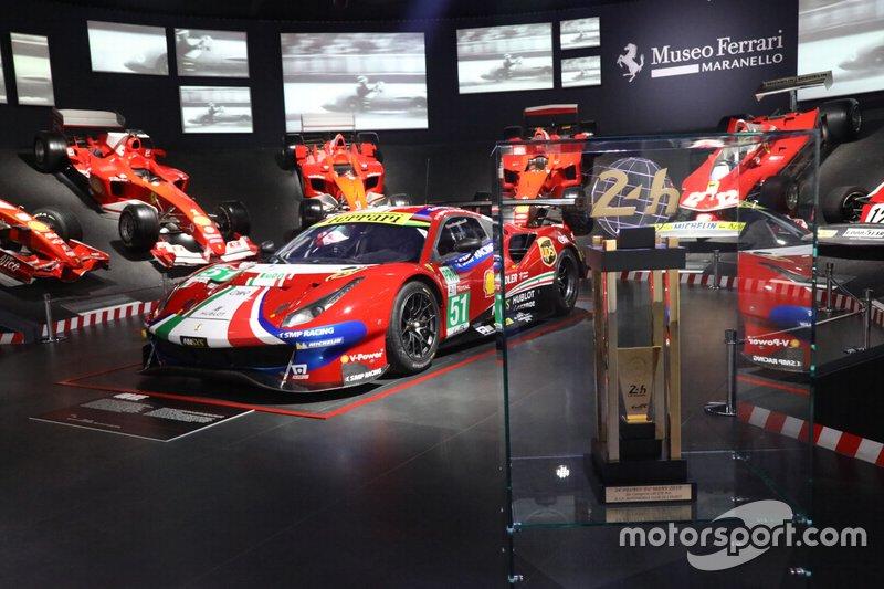 La Ferrari 488 GTE/Pro e il trofeo di Le Mans esposti nella Sala delle Vittorie al Museo Ferrari