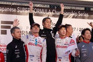 Гонщики DoCoMo Team Dandelion Racing Наоки Ямамото и Ниреи Фукузуми, руководитель команды Мураока Кийоси