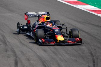 Max Verstappen, Red Bull Racing RB15 met lekke band