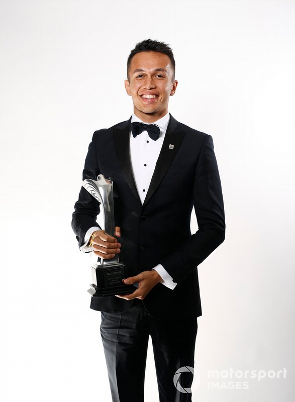 Alexander Albon con il Rookie of the Year Award