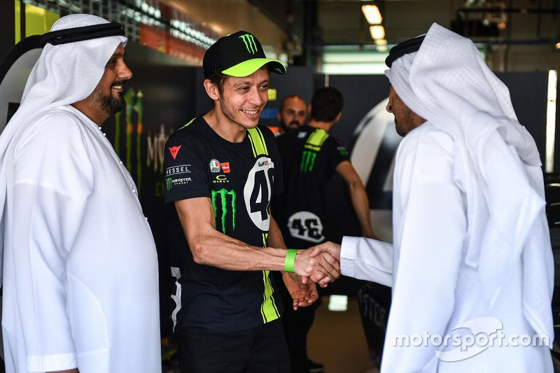Valentino Rossi con Al Tareq Al Ameri, CEO del circuito di Yas Marina e Abdulrahman Al Shamsi, Supply Chain Director