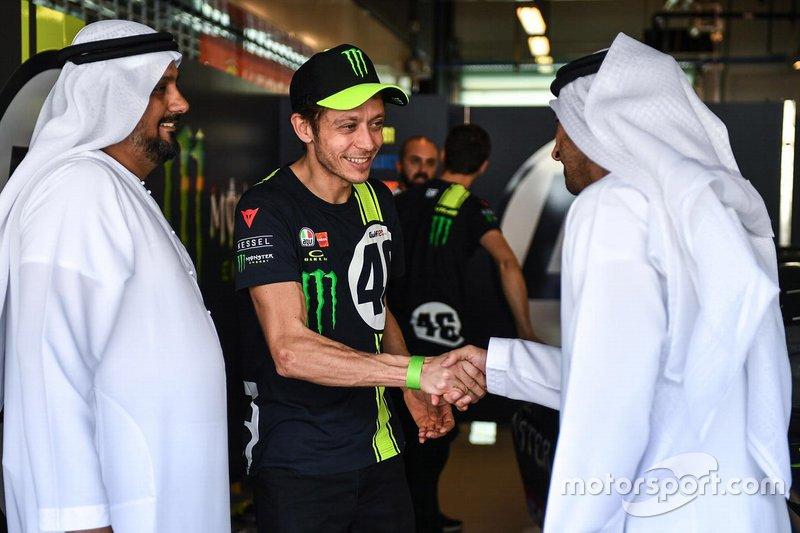 Valentino Rossi con Al Tareq Al Ameri, CEO del circuito Yas Marina y Abdulrahman Al Shamsi