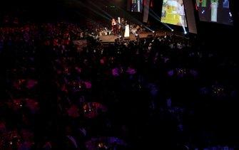 Una vista general del escenario y el hall