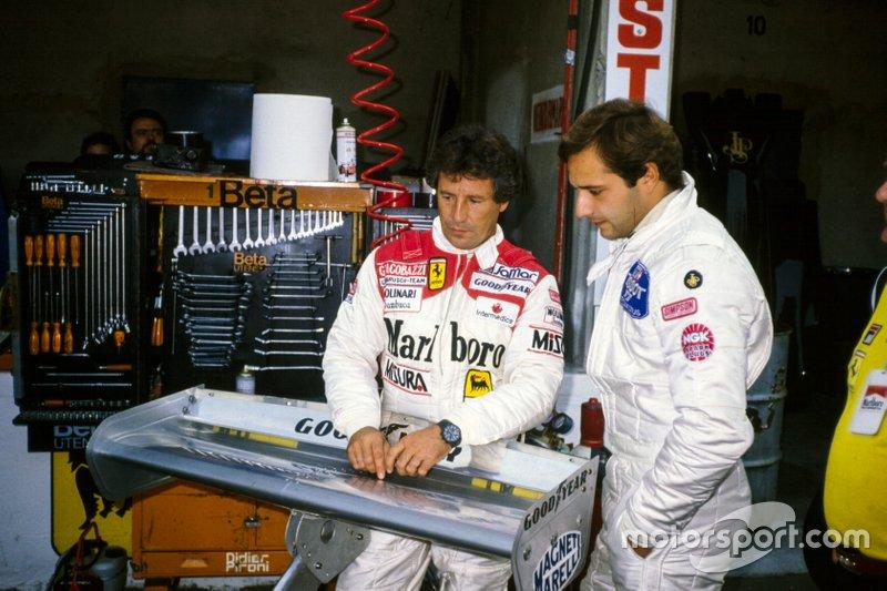 Mario Andretti en su regreso a Ferrari en 1982 con su mono Simpson. Le acompaña Elio de Angelis.