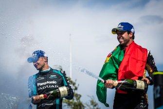 Antonio Felix da Costa, DS Techeetah, secondo classificato, Mitch Evans, Jaguar Racing, terzo classificato, festeggiano sul podio