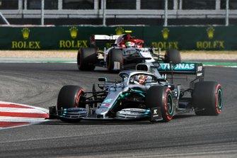 Lewis Hamilton, Mercedes AMG F1 W10, precede Antonio Giovinazzi, Alfa Romeo Racing C38