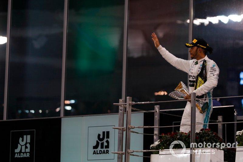 Lewis Hamilton, Mercedes AMG F1, primo classificato e campione del mondo, sul podio