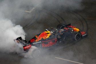 Max Verstappen, Red Bull Racing RB15, secondo classificato, festeggia sgommando sulla griglia dopo la gara