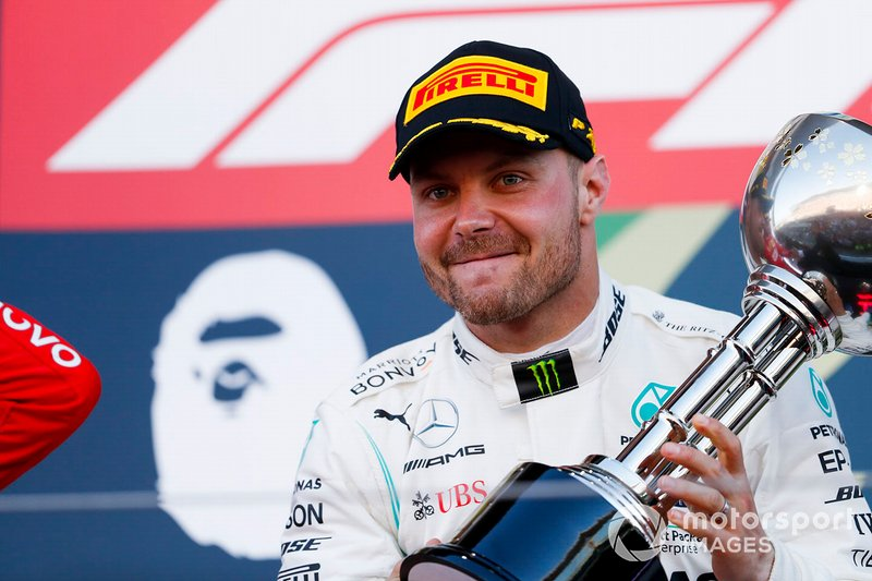 Valtteri Bottas, Mercedes AMG F1, primo classificato, con il trofeo
