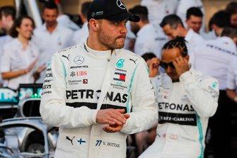 Lewis Hamilton, Mercedes AMG F1, pose pour une photo de groupe avec Valtteri Bottas, Mercedes AMG F1