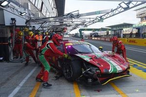 #52 AF Corse Ferrari 488 GTE EVO LMGTE Pro, Daniel Serra, Miguel Molina, Sam Bird with tyre trouble