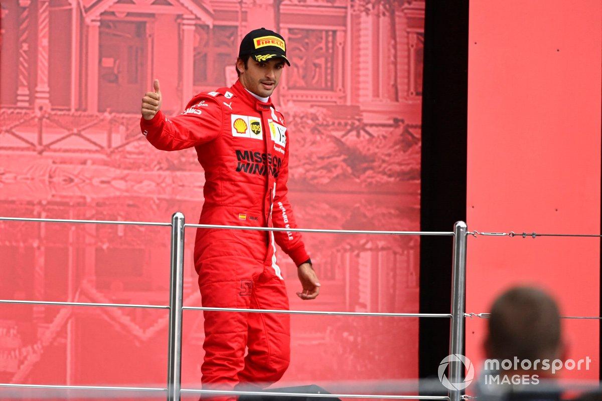 Carlos Sainz Jr., Ferrari, terzo classificato, arriva sul podio