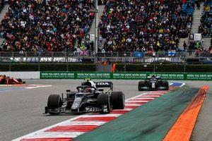 Pierre Gasly, AlphaTauri AT02, Valtteri Bottas, Mercedes W12, Carlos Sainz Jr., Ferrari SF21