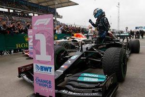 Valtteri Bottas, Mercedes W12, 1st position, arries in Parc Ferme