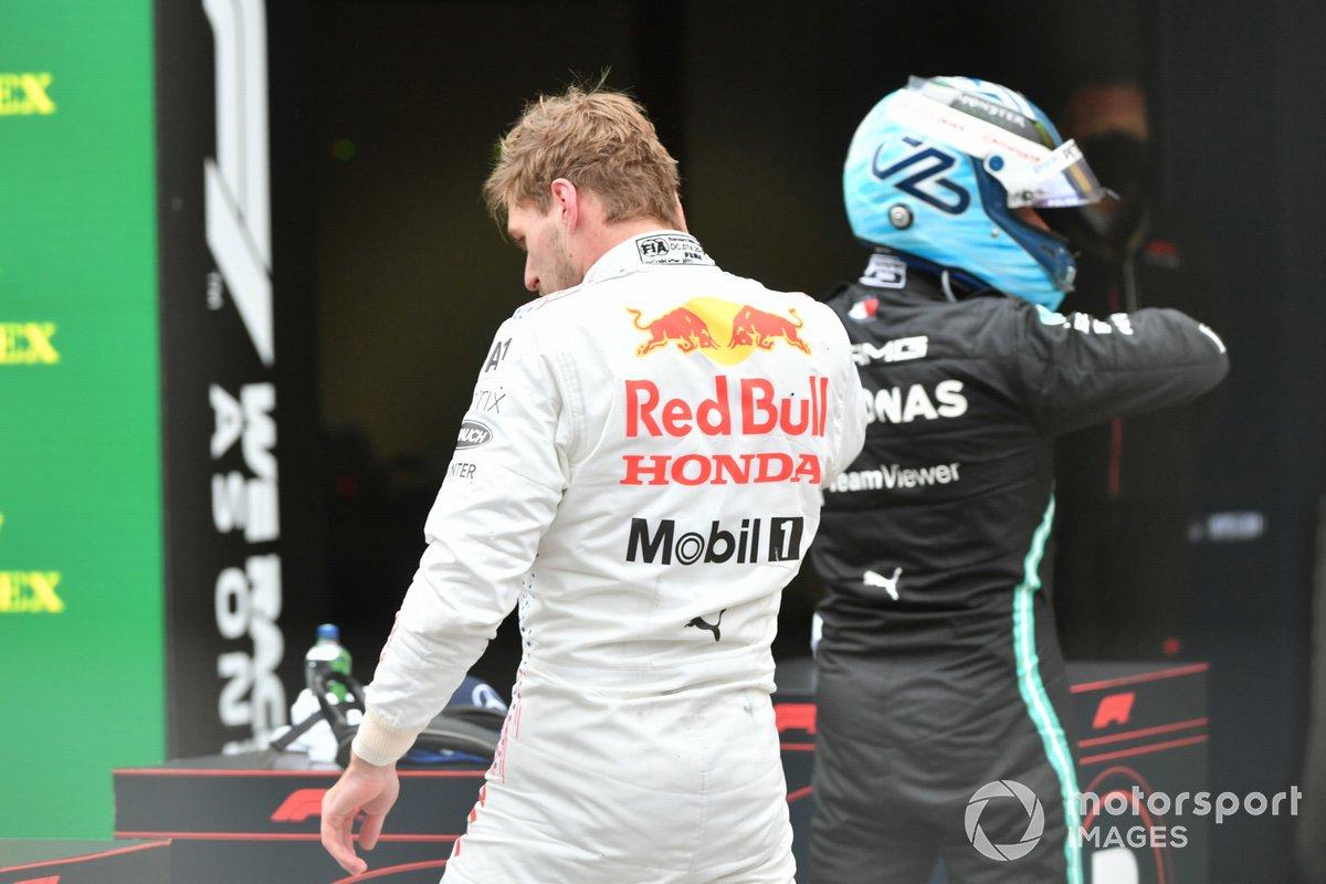Max Verstappen, Red Bull Racing, 2ª posición, y Valtteri Bottas, Mercedes, 1ª posición, en el Parc Ferme
