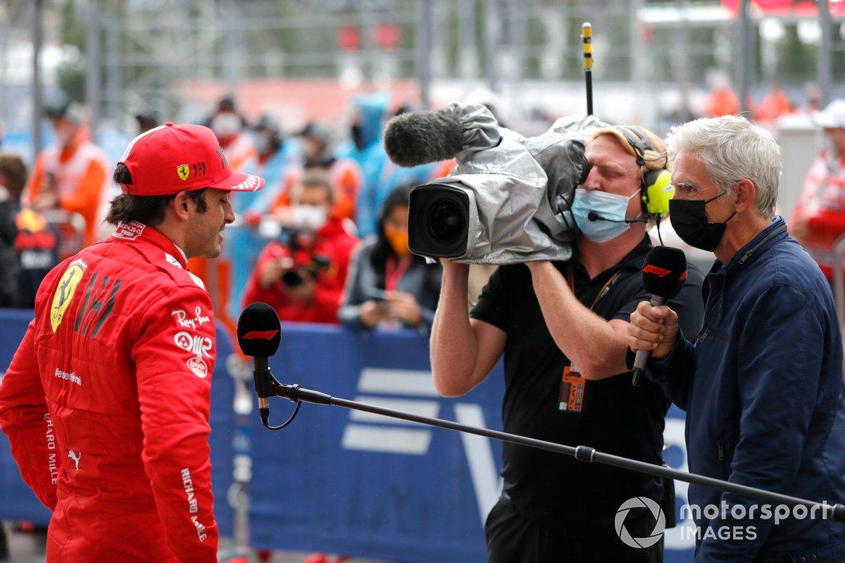 Carlos Sainz Jr., Ferrari, 3a posizione, intervistato da Damon Hill dopo la gara