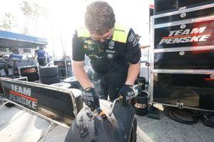 Un membre de l'équipe de Simon Pagenaud, Team Penske Chevrolet