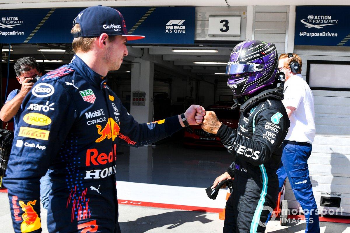 Ganador de la pole, Lewis Hamilton, Mercedes, choca el puño con Max Verstappen, Red Bull Racing, tercer puesto en Parc Ferme tras la clasificación