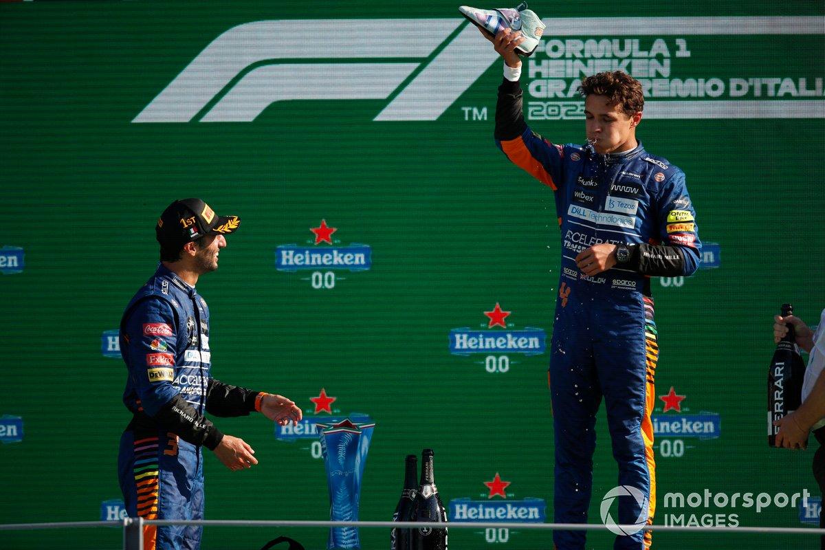 Daniel Ricciardo, McLaren, 1a posizione, osserva lo shoey di Lando Norris, McLaren, 2a posizione