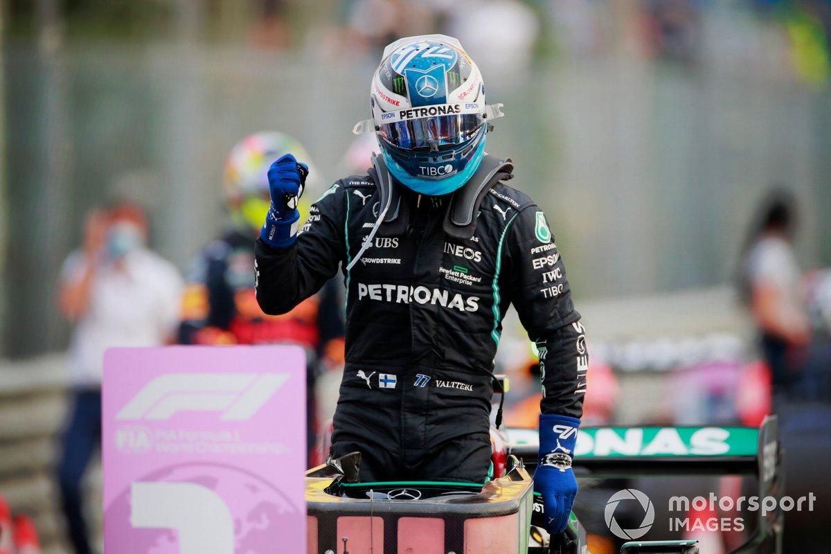 Ganador del primer puesto Valtteri Bottas, Mercedes, celebra en Parc Ferme