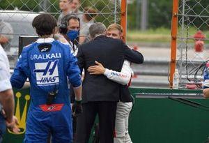 Stefano Domenicali, CEO Formule 1, en Mick Schumacher, Haas F1, op de grid
