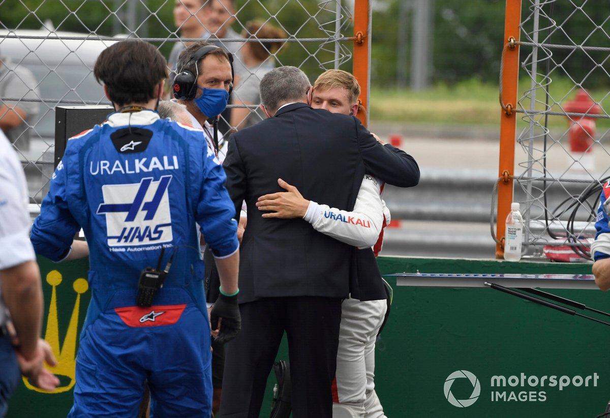 Stefano Domenicali, director general de la Fórmula 1, y Mick Schumacher, de Haas F1, en la parrilla de salida